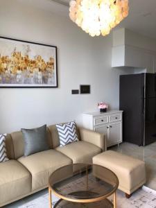 Bán hoặc cho thuê officetel Vinhomes Golden River 1PN, đầy đủ nội thất, view kênh Thị Nghè