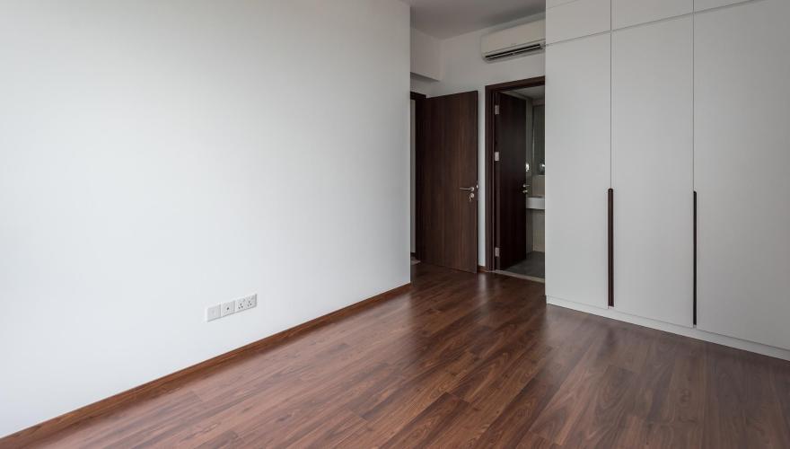 Phòng ngủ căn hộ One Verandah Căn hộ One Verandah nội thất cơ bản, sàn lót gỗ, nhiều cửa kính.
