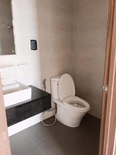 phòng vệ sinh căn hộ mizuki park Căn hộ Mizuki Park tầng trung, đón view thành phố.