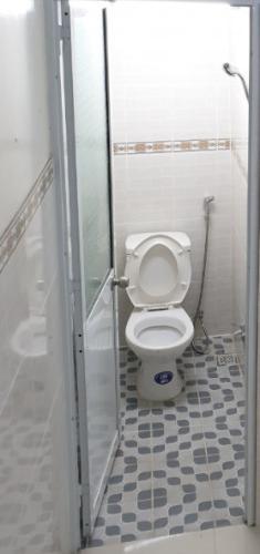 Phòng tắm nhà phố Quận 8 Nhà phố Đinh Hòa quận 8 hướng Đông Nam, pháp lý rõ ràng sổ hồng đầy đủ.