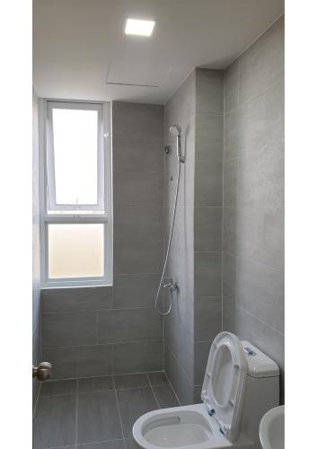 Toilet căn hộ Citisoho Cho thuê căn hộ Citisoho 2PN, tầng 21, nội thất cơ bản, bao phí quản lý
