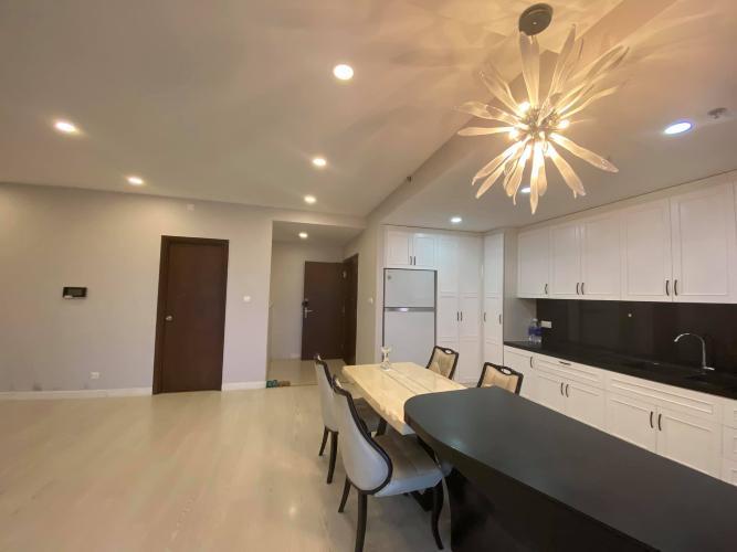 Phòng khách Sunrise City, Quận 7 Căn hộ Sunrise City tầng trung, ban công hướng Nam, view hồ bơi.