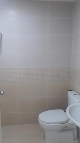 Phòng tắm Oriental Plaza, Tân Phú Căn hộ Oriental Plaza nội thất cơ bản, ban công hướng Đông Nam.