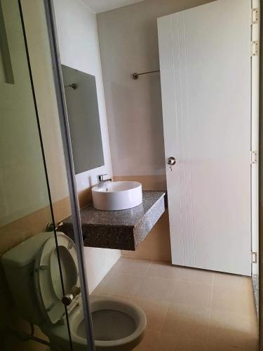 phòng vệ sinh căn hộ diamond riverside Căn hộ Diamond Riverside tầng cao, view thoáng mát.