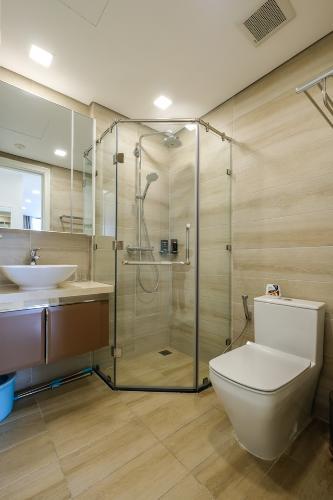 Phòng tắm Vinhomes Golden River, Quận 1 Căn hộ tầng trung Vinhomes Golden River đầy đủ nội thất.