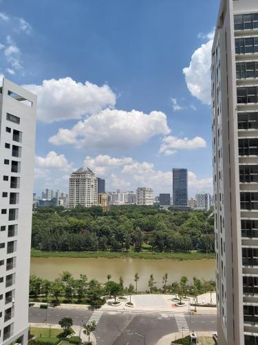 view nhìn ra phía ngoài căn hộ midtown Căn hộ Phú Mỹ Hưng Midtown ban công thông gió, view thành phố và sông.