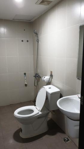 Toilet căn hộ SKY9 Bán hoặc cho thuê căn hộ 1PN+1 Sky9, tầng 3A, không có nội thất