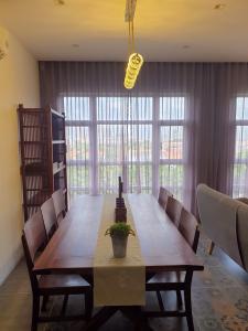 Bán căn hộ Happy Valley tầng thấp, 3 phòng ngủ, diện tích 97.6m2.