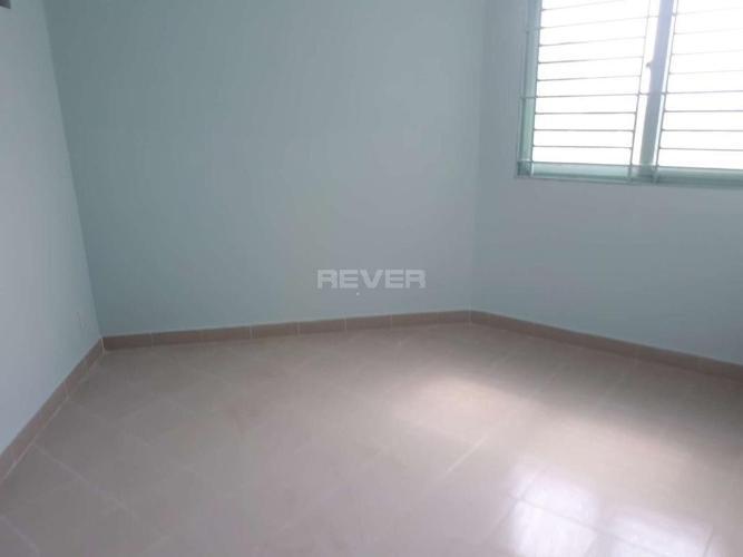 Căn hộ chung cư Phú Thọ tầng trung, view sân bóng, nội thất cơ bản.