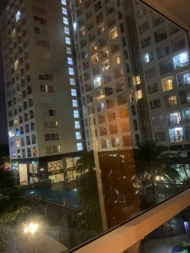 Ban công căn hộ Sky Center, Tân Bình Căn hộ Sky Center tầng thấp ban công hướng Đông, đầy đủ nội thất.