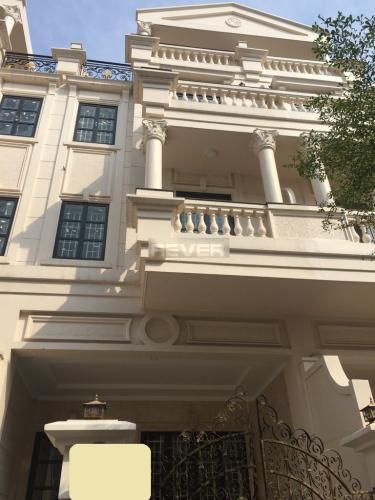 Nhà phố hướng Nam diện tích sử dụng 400m2 có hầm để xe, nội thất cơ bản.