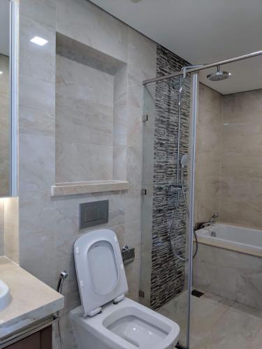 Toilet căn hộ VINHOMES GOLDEN RIVER Cho thuê căn hộ Vinhomes Golden River 2PN, diện tích 68m2, đầy đủ nội thất, hướng ban công Tây Nam