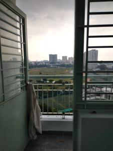 Căn hộ chung cư Phú Thọ tầng trung, nội thất cơ bản tiện nghi.