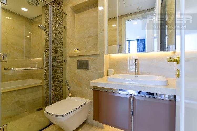 Phòng Tắm 2 Bán hoặc cho thuê căn hộ Vinhomes Golden River 2PN tầng trung, đầy đủ nội thất, view sông Sài Gòn và Landmark 81