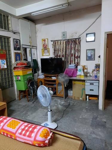 phòng ngủ nhà phố quận 1 Bán nhà hẻm Quận 1 nội thất cơ bản, có thể kinh doanh buôn bán.