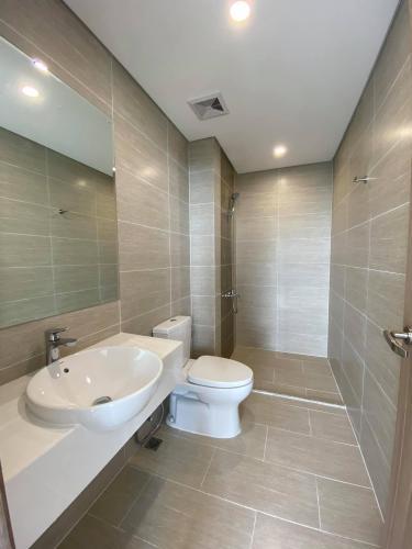 Phòng wc căn hộ Vinhomes Grand Park Căn hộ tầng 10 Vinhomes Grand Park view nội khu, phòng ngủ lót sàn gỗ.