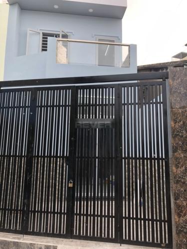 Cổng  nhà phố quận 2 Nhà phố P. Bình Trưng Long, Q.2, sàn lót gỗ, không có nội thất.