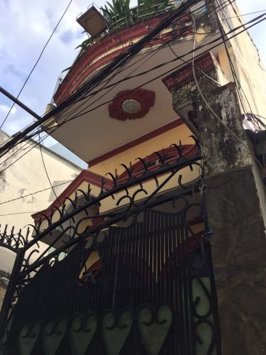 Nhà hẻm đường Đoàn Văn Bơ kiến trúc cổ điển, có sổ hồng.