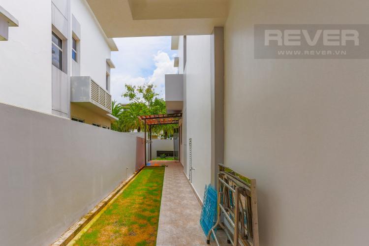 Lối Đi Bên Hông Nhà Biệt thự nghỉ dưỡng 5 phòng ngủ Riviera Cove Quận 9