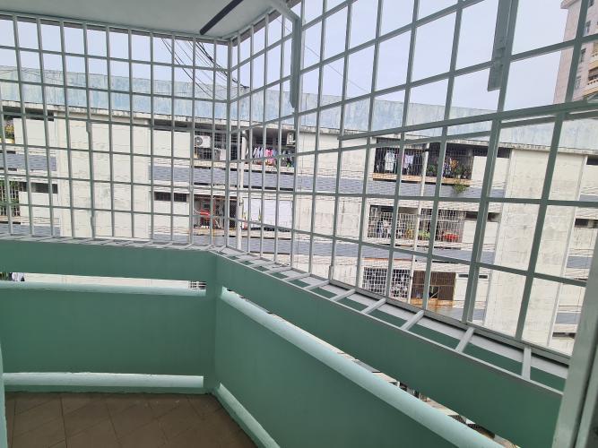 Ban công căn hộ chung cư B4, Quận 4 Căn hộ chung cư B4 ban công hướng Đông Nam, view nội khu yên tĩnh.