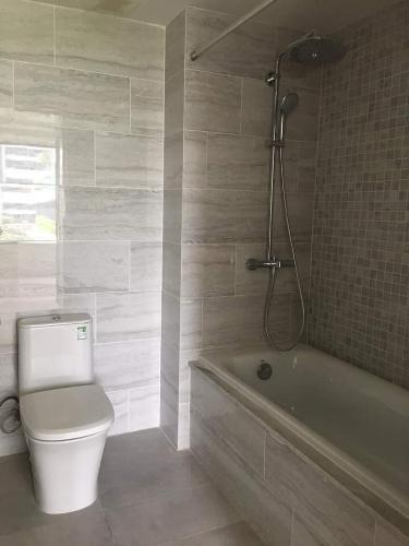 Phòng tắm Kingdom 101, Quận 10 Căn hộ Kingdom 101 ban công hướng Đông Bắc, view nội khu.