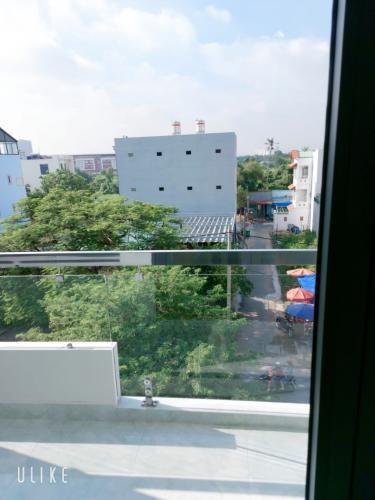 View ban công nhà phố Tam Bình, Thủ Đức Nhà nguyên căn mặt tiền Thủ Đức, thích hợp mở văn phòng kinh doanh.