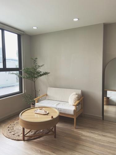 Căn hộ Orchard Garden tầng thấp, nội thất gỗ tinh tế.