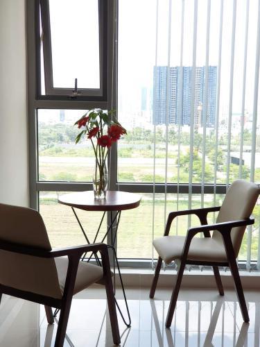 Phòng khách Golden King Quận 7 Căn hộ Office-tel Golden King tầng 9, view thành phố sầm uất.