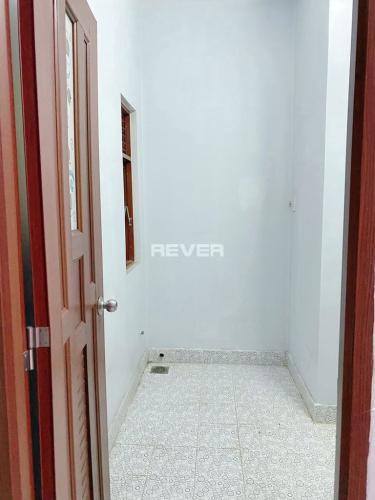 Phòng tắm nhà Nơ Trang Long  Nhà phố hẻm Bình Thạnh, sân thượng rộng, nội thất cơ bản.