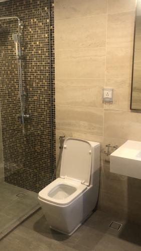 PHÒNG TẮM căn hộ One Verandah Căn hộ One Verandah nội thất cơ bản, ban công thoáng mát.