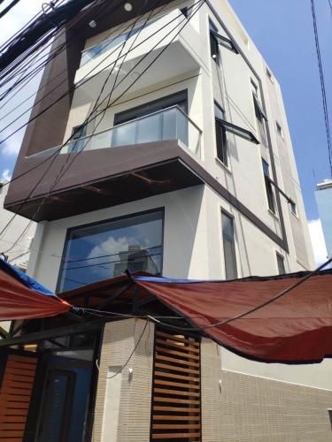 Bán nhà mặt tiền quận Phú Nhuận, cách trung tâm chỉ 10 phút đi xe.
