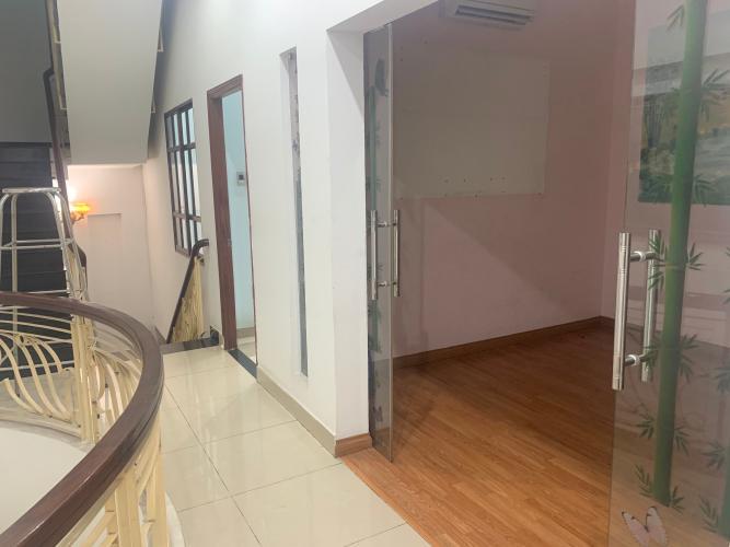 Tầng trên nhà phố Mai Văn Ngọc, Phú Nhuận Nhà mặt tiền Phú Nhuận, diện tích rộng, nội thất cơ bản.