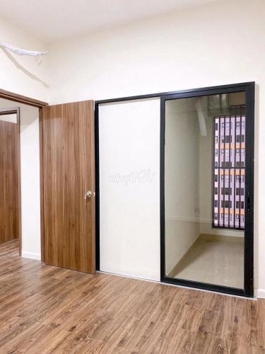 Căn hộ Mizuki Park tầng trung, sàn lót gỗ, nội thất cơ bản.