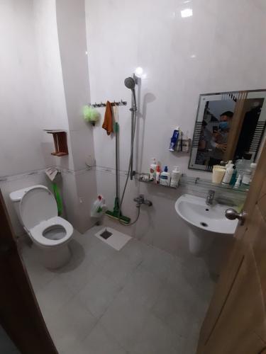 Phòng tắm nhà phố Nhà phố hướng Đông Nam diện tích sử dụng 140.9m2, hẻm xe hơi.