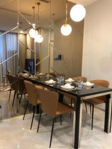 Bán căn hộ Vinhomes Golden River 2PN, tầng cao, đầy đủ nội thất, view sông Sài Gòn và Quận 1