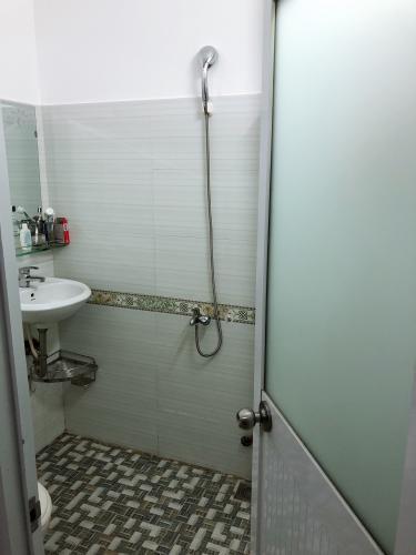 Phòng tắm nhà phố Quận 4 Nhà hẻm Tôn Đản nội thất cơ bản, mất 5 phút di chuyển vào quận 1.