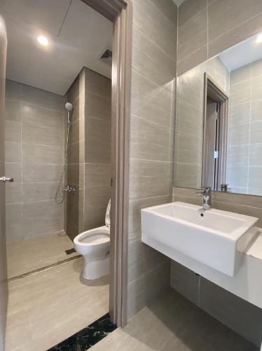 Toilet Vinhomes Grand Park Quận 9 Căn hộ Office-tel Vinhomes Grand Park tầng cao, view nội khu và sông.