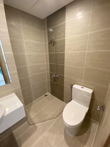 Toilet Vinhomes Grand Park Quận 9 Căn hộ Vinhomes Grand Park tầng trung, view sông và thành phố.