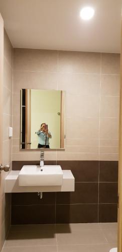 Toilet officetel THE SUN AVENUE Bán officetel The Sun Avenue 1PN, tầng 2, diện tích 34m2, phòng khách hướng Đông Nam