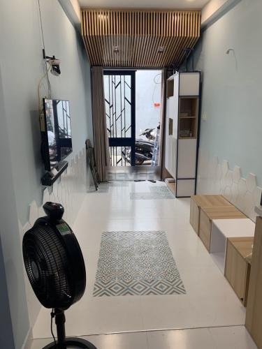 Phòng khách nhà phố Trần Quang Khải, Quận 1 Nhà phố quận 1 hướng Tây, nội thất mới, thiết kế hiện đại.