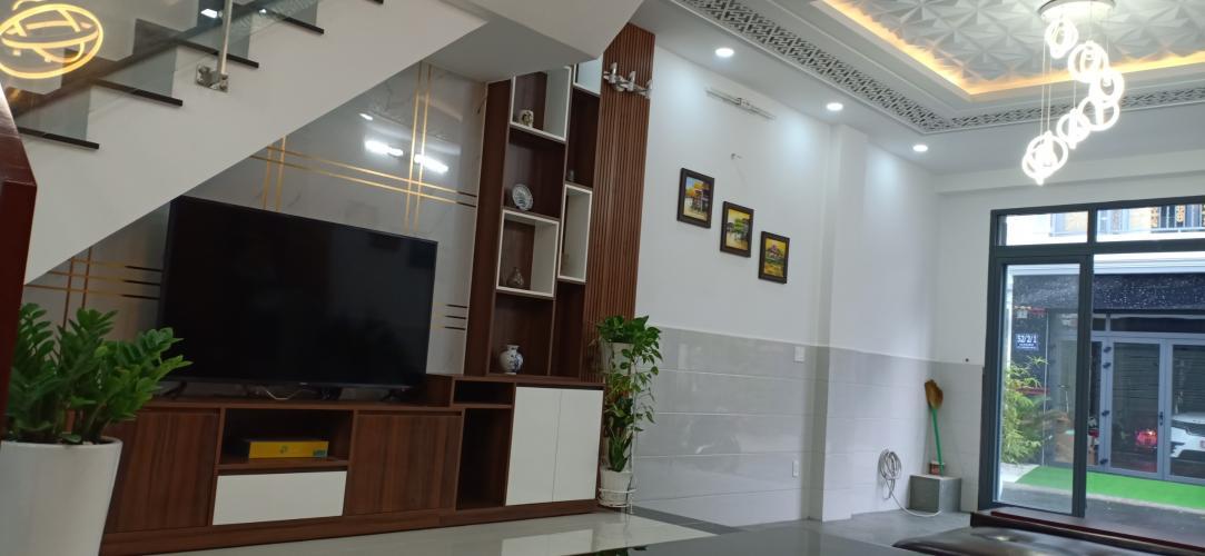 Bán nhà mặt tiền Nhà Bè có thiết kế hiện đại, nội thất cơ bản.
