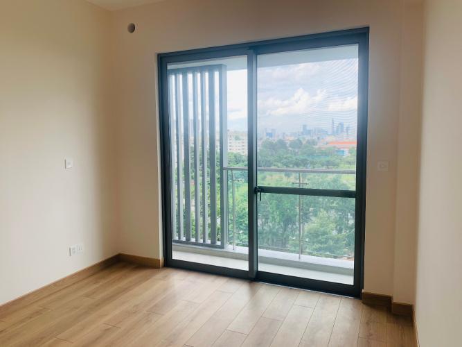phòng ngủ bàn giao cơ bản Căn hộ Urban Hill phòng khách có 2 mặt cửa kính đón sáng tự nhiên.