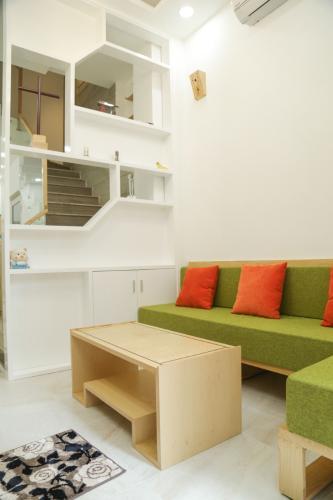 Phòng khách nhà phố Nhà phố hướng Đông Nam diện tích đất 3mx 14m, hẻm xe máy.