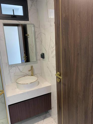 Phòng tắm Sunshine City Sài Gòn, Quận 7 Căn hộ Sunshine City Sài Gòn ngắm nhìn thành phố lung linh về đêm.