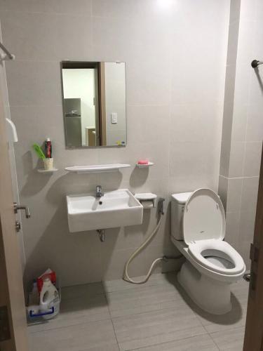 Toilet Jamila Khang Điền, Quận 9 Căn hộ Jamila Khang Điền tầng trung, ban công hướng Tây Bắc.