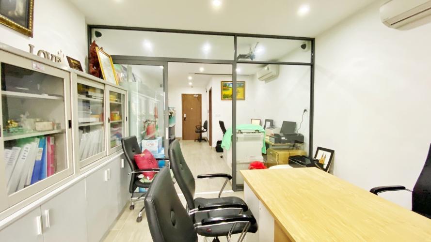 Bên trong Officetel Millennium Officetel Masteri Millennium tầng thấp, đầy đủ nội thất văn phòng.
