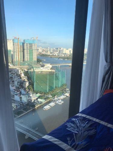 View cửa sổ Căn hộ Vinhomes Golden River Ba Son Cho thuê căn hộ Vinhomes Golden River tầng 6, đầy đủ nội thất sang trọng, view thành phố