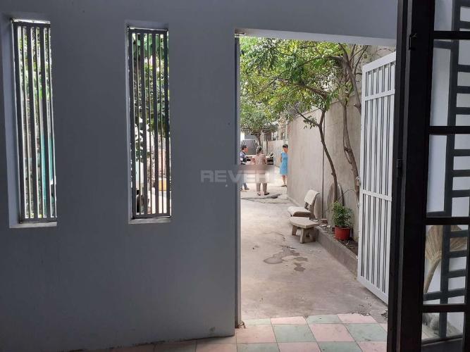 Sân trước nhà Phước Long B Quận 9 Nhà đường số 185 Phước Long B, 2 mặt tiền 51m2.
