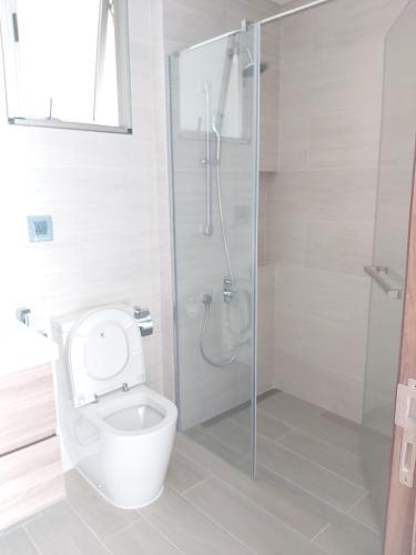 phòng tắm căn hộ midtown Căn hộ Phú Mỹ Hưng Midtown ban công thông gió, view thành phố và sông.
