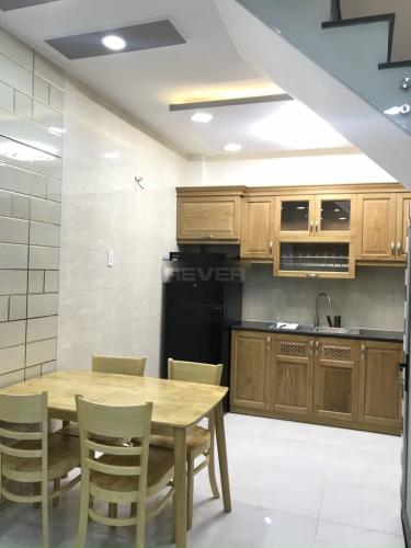 Phòng bếp nhà phố Quận 10 Nhà phố mặt tiền Quận 10 bàn giao nội thất cơ bản, nhà còn rất mới.